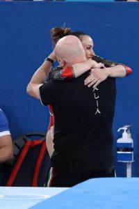 Vanessa Ferrari abbraccia soddisfatta il suo allenatore Enrico Casella